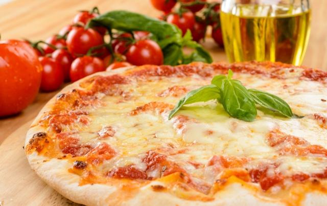 Pizza margherita, close-up, fuoco selettivo